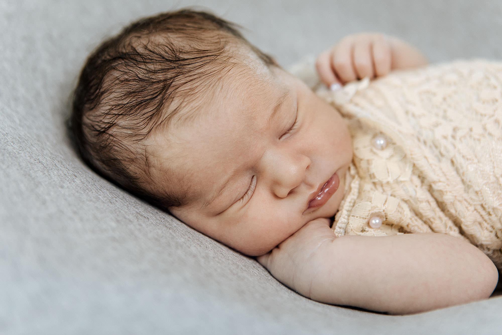 Neugeborenen Shooting - Lara im Studio